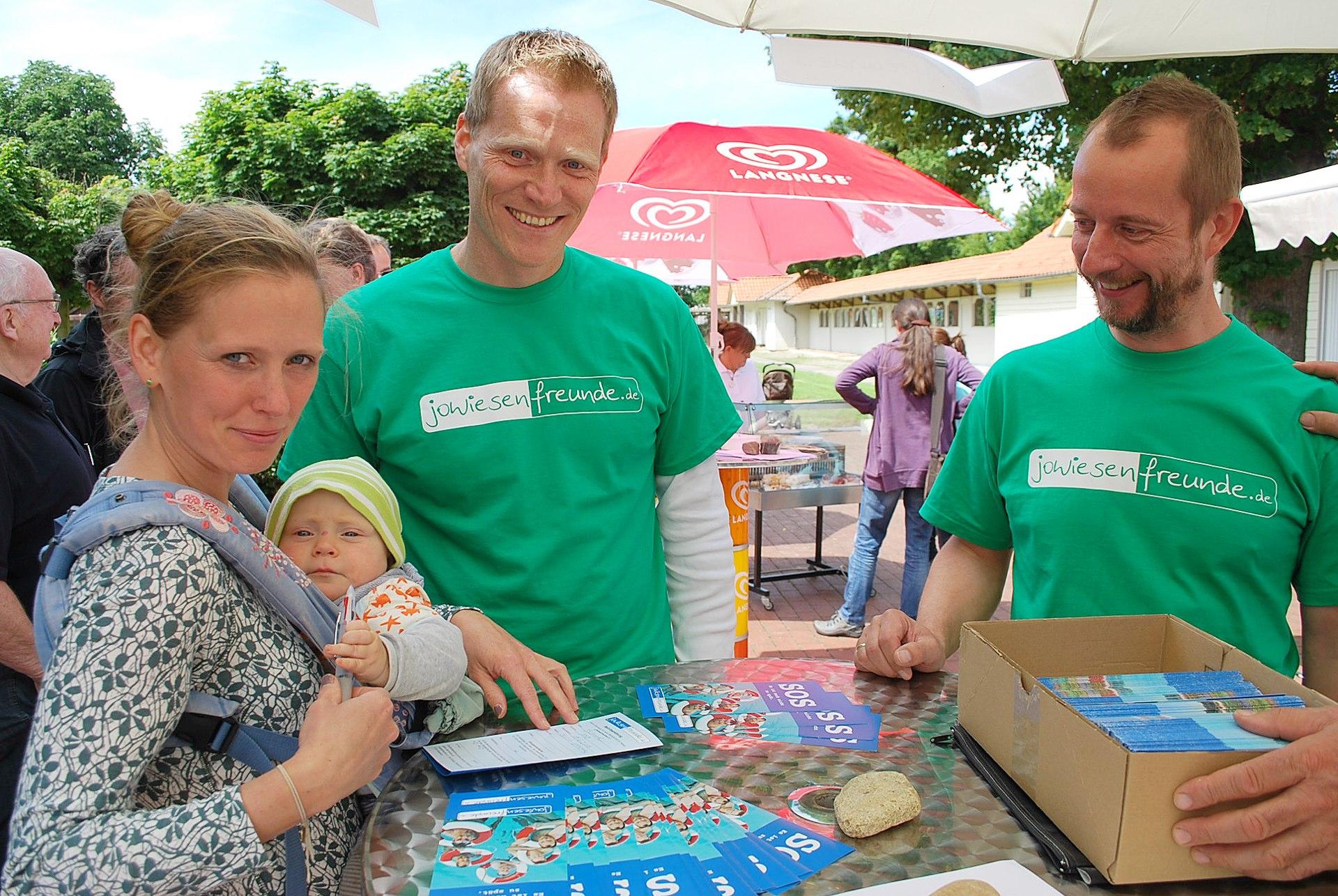 BU: Der jüngste Jowiesenfreund: Ann-Kathrin Blohmerunterschreibt für Sohn Mio, mit dabei stehen Vorsitzender Dirk Schütze unddessen Stellvertreter Henrik Specht.