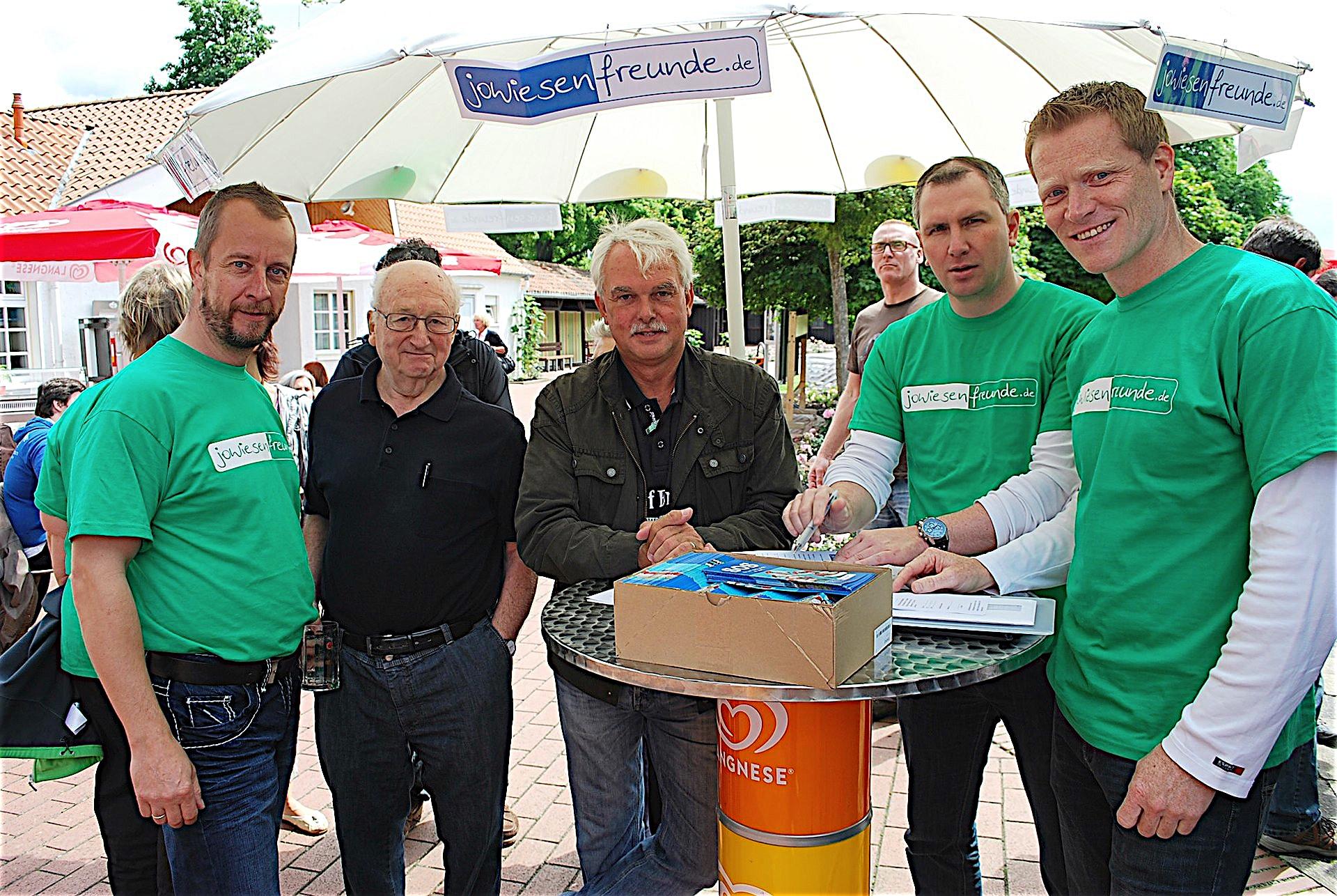 Der Oberbürgermeister ist auch ein Freund der Jowiese: Überdas Freibad sprechen der stellvertretende Vereinsvorsitzende Henrik Specht,Eintracht-Vize Hans-Jürgen Bertsche, Kurt Machens, SchatzmeisterChristianZiegenbein und Vorsitzender Dirk Schütze.